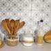 drewniane przybory kuchenne i sól