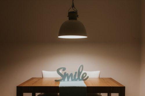 lampa rzuca cień