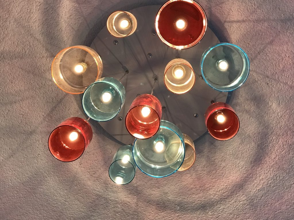 kolorowe szklane lampy