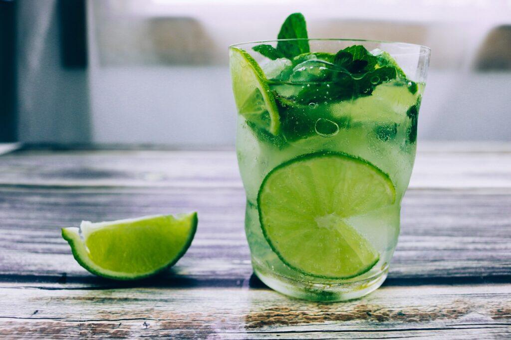 picie wody smakowej