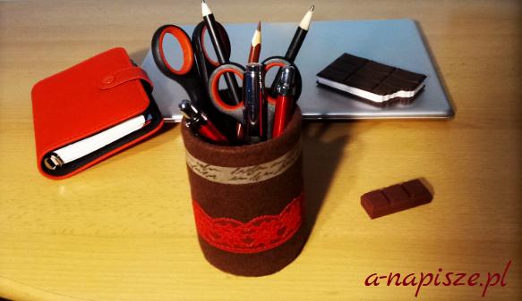 drobiazgi na biurku długopisy