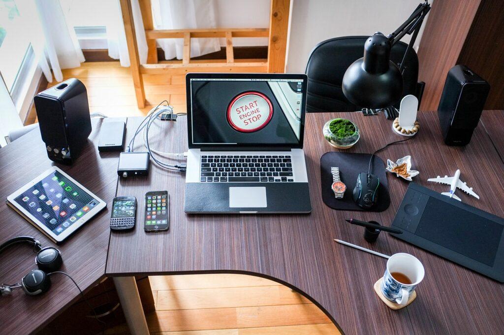 komputer i drobiazgi na biurku