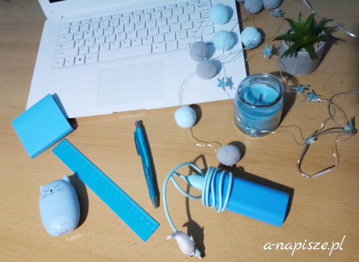 niebieskie drobiazgi na biurku