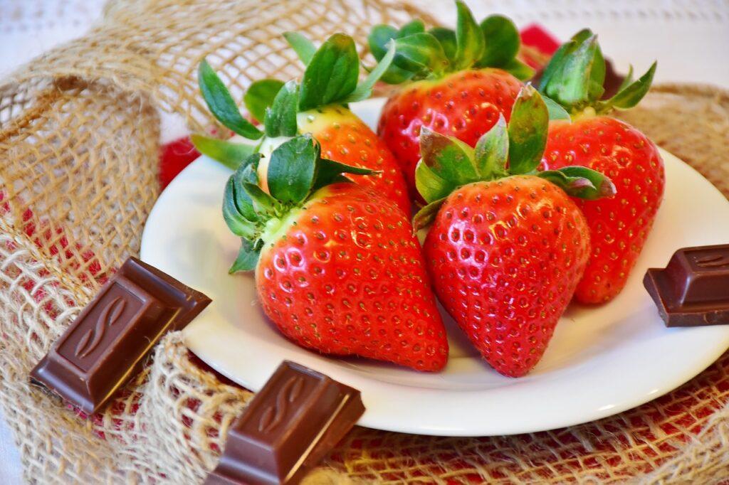 truskawki i słodycze na diecie