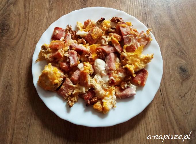 jajecznica na szynce i orzechach białko na diecie