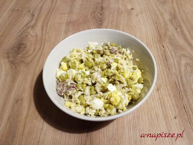 sałatka z makreli wędzonej i jajka z groszkiem jadłospis diety ONZ