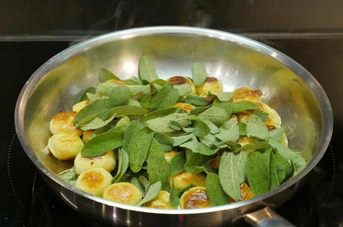świeże listki szałwii wykorzystywane w kuchni