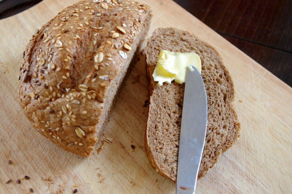 margaryna i masło orzechowe do chleba